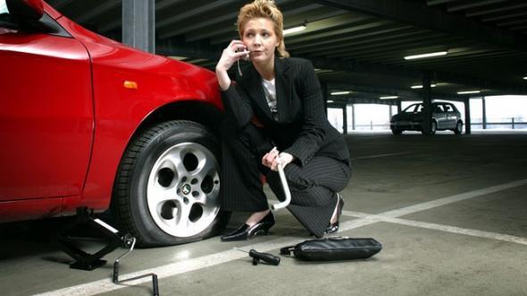 Khi xe nổ lốp giữa đường bí kíp xử lý cần nên biết