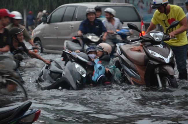 Khi bị mưa và ngập lụt và những kinh nghiệm lái xe ' bỏ túi